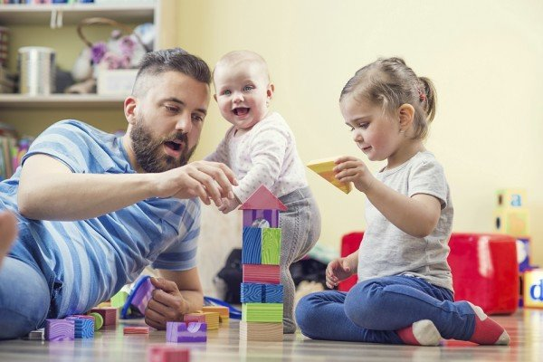 dad_baby_daughter_playing_with_blocks